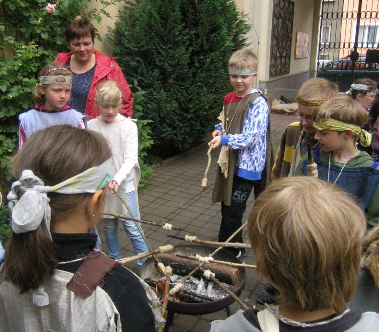 školáci si zkouší, jak pravěcí lidé pracovali s ohněm