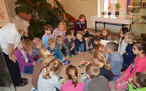 Děti sedící v kroužku